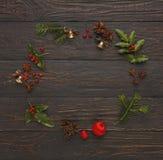 圣诞节在木背景的装饰框架 图库摄影