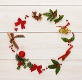 圣诞节在木背景的装饰框架 免版税库存图片