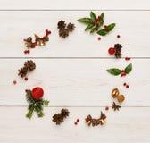 圣诞节在木背景的装饰框架 免版税库存照片
