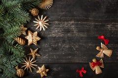 圣诞节在木背景的边界设计 免版税库存照片