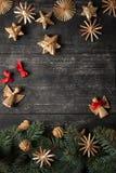 圣诞节在木背景的边界设计 免版税库存图片