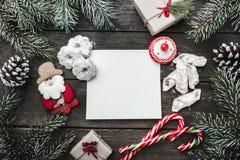 圣诞节在木背景,冷杉的贺卡分支,锥体,雪人,给圣诞老人的信件与消息的空间 库存照片