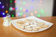 圣诞节在板材的姜饼曲奇饼 免版税库存照片