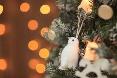 圣诞节在树的玩具企鹅 文本的自由空间 免版税库存照片
