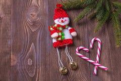 圣诞节在棕色木背景的假日构成与您的文本的拷贝空间 免版税库存照片
