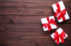 圣诞节在棕色背景的礼物礼物 免版税库存图片