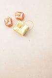 圣诞节在浅褐色的背景的礼物盒 免版税图库摄影