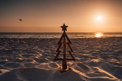 圣诞节在澳大利亚在夏天月举行和通常花费户外或由海滩 一棵木圣诞树立场 免版税库存照片