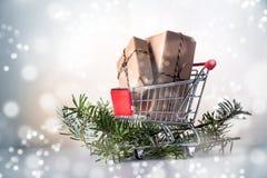 圣诞节在牛皮纸的礼物盒在购物车或trolle 库存照片