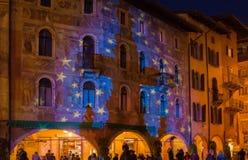 圣诞节在特伦托,有圣诞灯的一个迷人的老镇 免版税库存图片