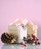 圣诞节在现代趋向自然礼品包装材料的礼物盒-与拷贝空间的垂直 免版税库存照片