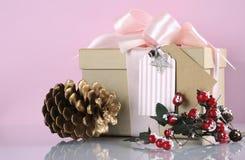 圣诞节在现代趋向自然礼品包装材料的礼物盒 免版税库存照片