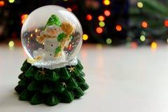 圣诞节在球的玩具雪人在轻的背景, bokeh作用, 免版税库存照片