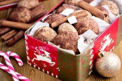 圣诞节在瓶子圣诞节食物概念桂香棒棒糖蛋白软糖木背景圣诞节backgrpund的桂香曲奇饼 免版税库存照片