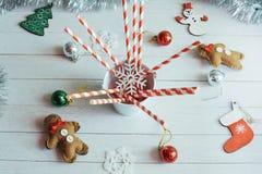 圣诞节在瓶子的棒棒糖有在桌上的装饰的 免版税库存照片