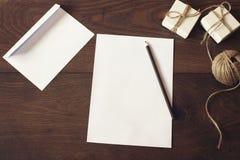 圣诞节在白皮书的信件文字在与装饰的木背景 圣诞节在木背景的边界设计 免版税库存图片