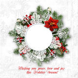 圣诞节在白色原始的背景的花圈框架 免版税库存照片