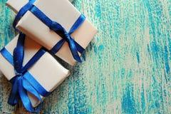 圣诞节在白色木背景的假日构成与圣诞树装饰和您的文本的拷贝空间 库存图片