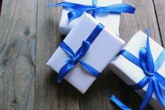 圣诞节在白色木背景的假日构成与圣诞树装饰和您的文本的拷贝空间 免版税图库摄影
