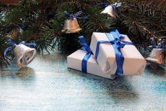 圣诞节在白色木背景的假日构成与圣诞树装饰和您的文本的拷贝空间 图库摄影