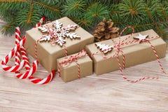 圣诞节在白色木背景的假日构成与圣诞树装饰和您的文本的拷贝空间 库存照片