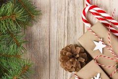 圣诞节在白色木背景的假日构成与圣诞树装饰和您的文本的拷贝空间 免版税库存照片