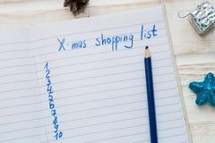 圣诞节在白色木背景的购物单 假日deco 图库摄影