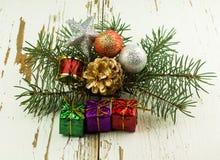 圣诞节在白色背景和玩具隔绝的圣诞节礼物 免版税库存照片