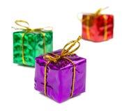 圣诞节在白色背景和玩具隔绝的圣诞节礼物 库存照片