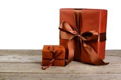 圣诞节在白色隔绝的纸的节日礼物箱子 库存图片
