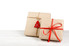 圣诞节在白色隔绝的绿皮书的节日礼物箱子 库存照片