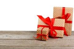圣诞节在白色隔绝的绿皮书的节日礼物箱子 免版税库存图片