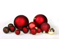 圣诞节在白色Backg驱散和隔绝的装饰电灯泡 图库摄影