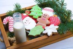 圣诞节在盘子白色木背景关闭的姜饼曲奇饼 库存照片