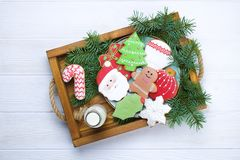圣诞节在盘子白色木背景关闭的姜饼曲奇饼 免版税库存图片