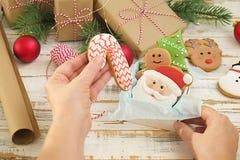 圣诞节在礼物盒白色木背景关闭的姜饼曲奇饼 免版税库存图片