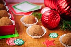 圣诞节在礼物盒的块菌状巧克力 免版税库存图片