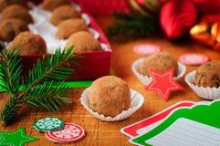 圣诞节在礼物盒的块菌状巧克力 免版税图库摄影