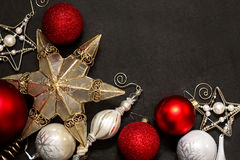 圣诞节在粉笔板的装饰品框架 免版税库存图片