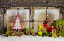 圣诞节在红色和绿色的背景或窗口装饰 免版税库存图片