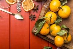 圣诞节在红色木的食物框架 库存照片