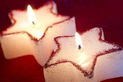 圣诞节在红色特写镜头的蜡烛星 库存照片