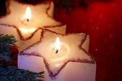 圣诞节在红色特写镜头的蜡烛星 库存图片