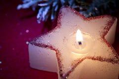 圣诞节在红色特写镜头的蜡烛星 图库摄影