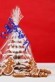 圣诞节在红色背景的姜饼结构树 免版税库存图片