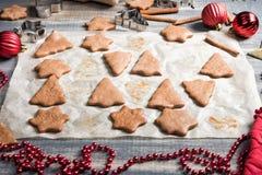 圣诞节在纸的姜饼曲奇饼烘烤的 免版税库存照片