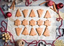 圣诞节在纸的姜饼曲奇饼烘烤的 库存照片