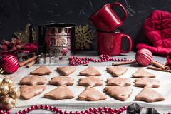 圣诞节在纸的姜饼曲奇饼烘烤的 免版税图库摄影