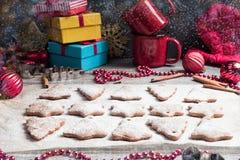 圣诞节在纸的姜饼曲奇饼烘烤的 库存图片