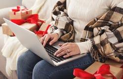 圣诞节在线购物 妇女购买提出,准备对xmas前夕 库存图片